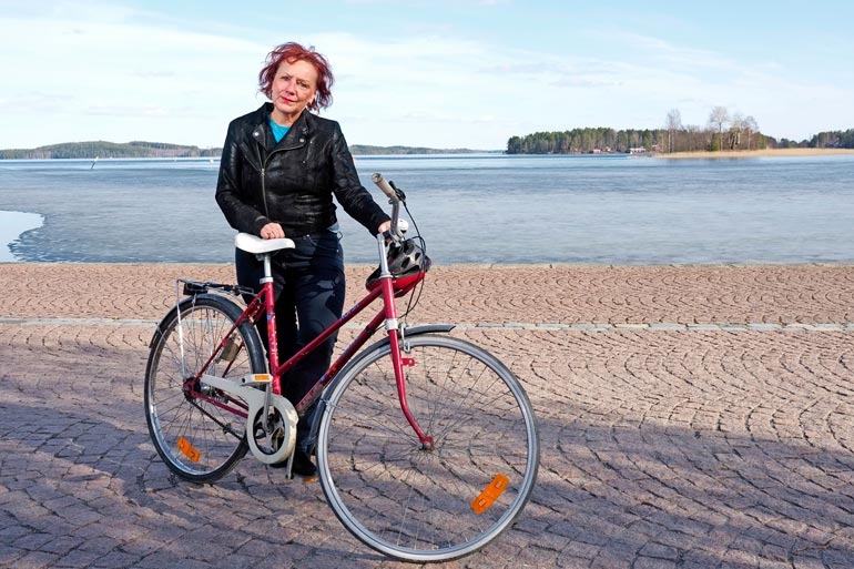 Tarja nauttii ulkoilusta ja liikkumisesta edelleen pyöräretkeillen. – Nyt minulla on aina kypärä.