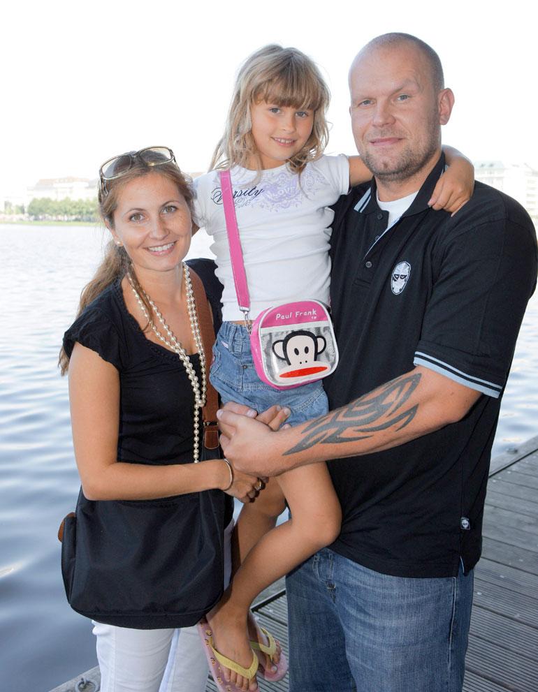 Jere ja Susanna Karalahti kuvattuna Ronja-tyttärensä kanssa vuonna 2008.