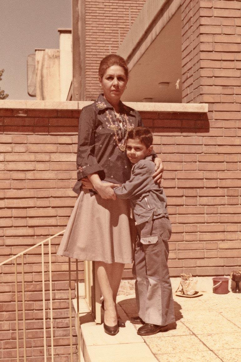 Arman ja Aida-äiti olivat todella läheisiä.  – Meni vuosia, että pystyin käymään äidin haudalla, Arman sanoo. Yhteiskuva 1970-luvulta.