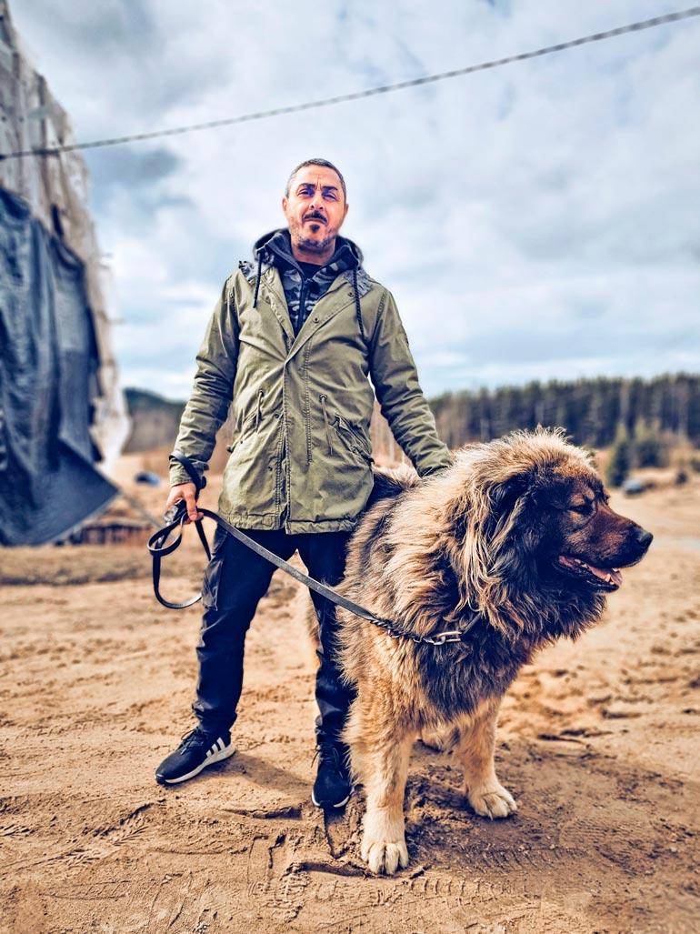 Uudella Arman Pohjantähden alla -kaudella selvitetään muun muassa lemmikkeihin liittyviä kahnauksia. Kuvassa Arman poseeraa kaukasianpaimenkoira Ivanin kanssa.