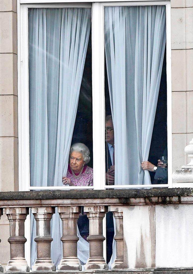 Elisabet ja prinssi Philip kuuluvat koronan riskiryhmään.