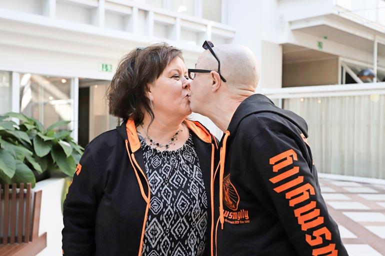 Ensimmäinen suudelma avoliitossa! Mia ja Enzo ovat olleet yhdessä kaksi vuotta.