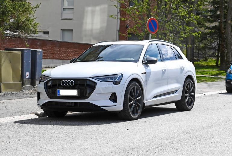 Niklas kurvailee yli 90 000 euron arvoisella Audin ökysähköautolla.