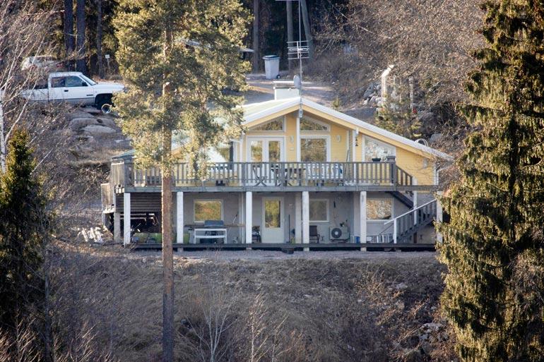 River piileskelee 1990-luvun alussa rakennetussa omakotitalossa äitinsä luona.