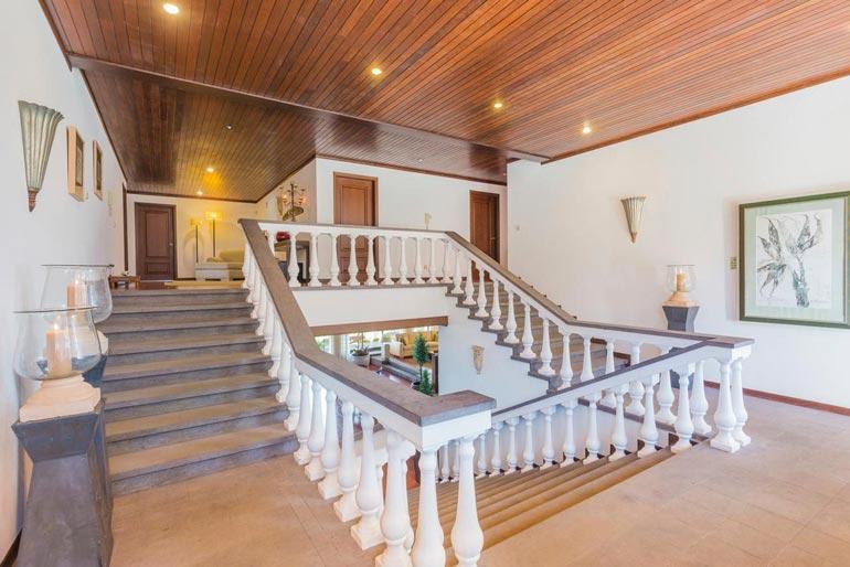 Huvilan kruunaa näyttävä portaikko.