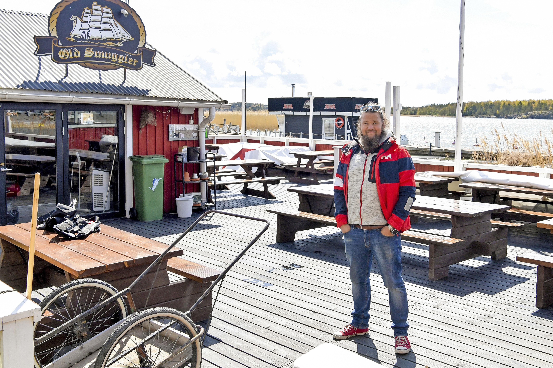 Lauri pyörittää saaressa matkailubisnesten ohella kuppilaa.