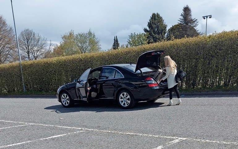 Danny oli jo astumassa ulos Mersustaan, kun huomasi lukijamme kamerakännykän ja vetäytyi takaisin autoon. Näyttävä mysteeriblondi sai yksin lastata matkalaukkunsa takakonttiin.