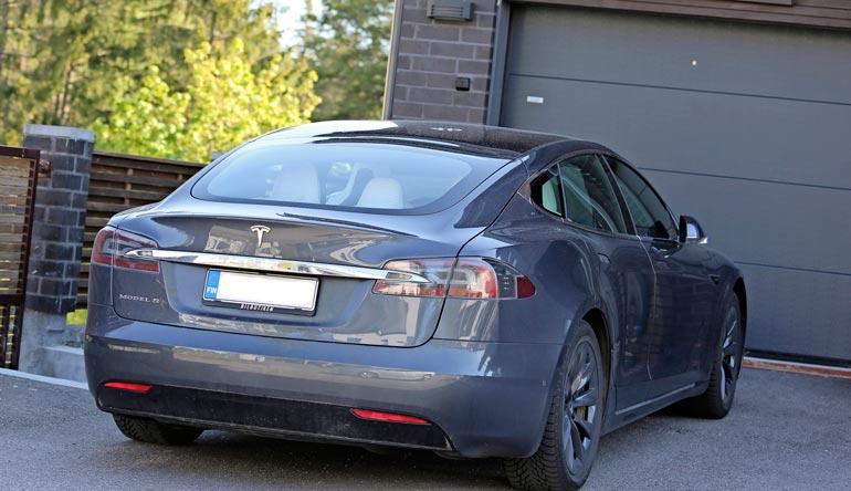 Tesla-sähköauton hinta, liki 100 000 euroa pitää vähävaraiset loitolla.