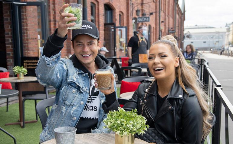Niko ja Jenna nautiskelivat juomista Walliksen terassilla.