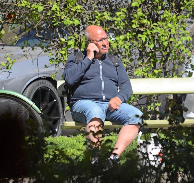 Sakari Pietilä puhelimessa.
