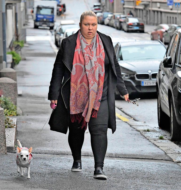 Henna Kalinainen vuonna 2018. kävelyttämässä koiraansa.