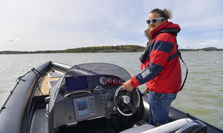 Tehokasta kumivenettä Velkuan vesillä ohjastava Lauri Haukka johdattaa Seiskan lukijat historialliselle sukutilalleen.