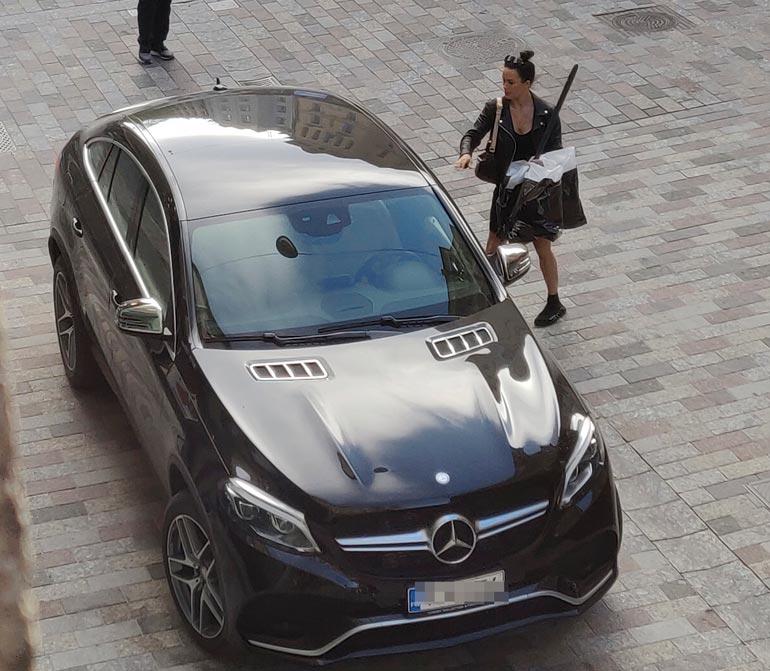 Martina Aitolehti ja auto.