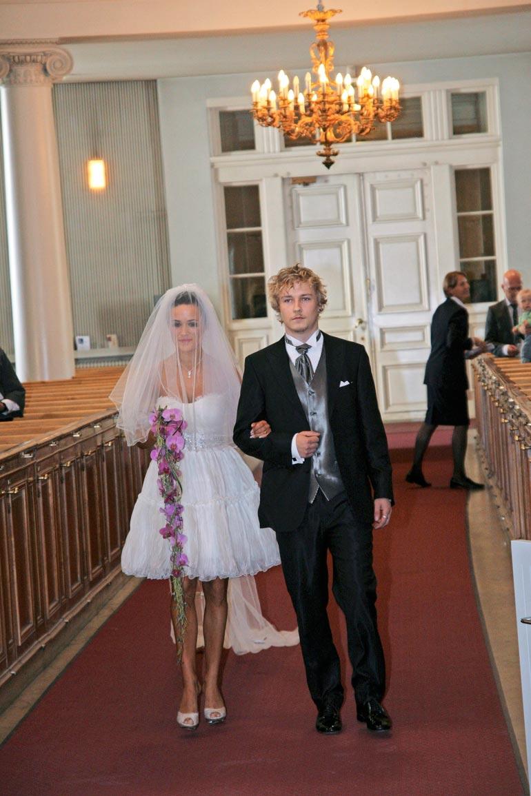Joonathanilla on läheiset välit siskopuoleensa Martina Aitolehteen. Hän muun muassa saatteli tämän alttarille, kun Martina juhli häitään Esko Eerikäisen kanssa vuonna 2008.