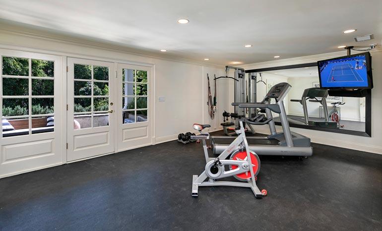 Talon kuntosalissa on runsaasti tilaa urheiluun.