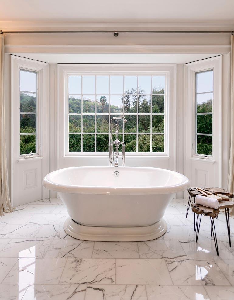 Suuressa kylpyhuoneessa on kaunis amme ja upeat näkymät takapihalle.