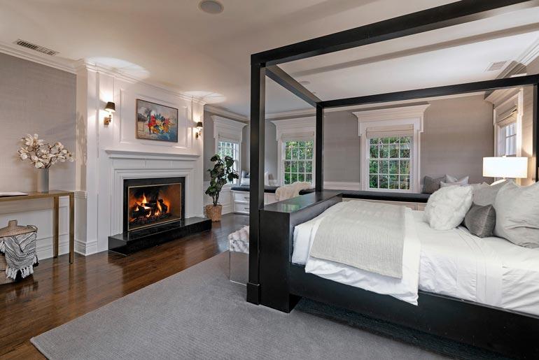 Makuuhuoneen sisustuksen kruunaa komea avotakka. Se on toki Kalifornian lämmössä tarpeeton, mutta ah, ihanan ylellinen kapistus.