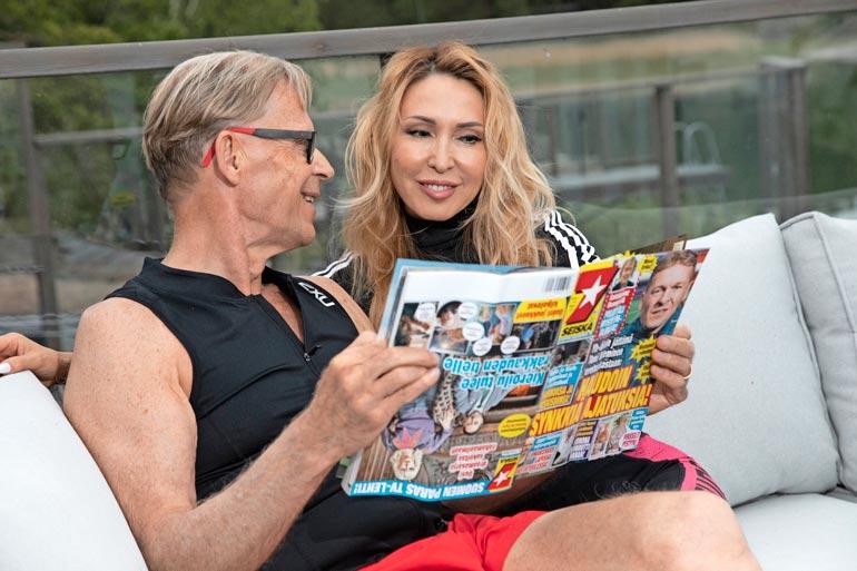 Jos Topi ja Nadja jotain lehteä ostavat, se on kuulemma Seiska. – En ymmärrä julkkiksia, jotka eivät paljasta mitään itsestään. Olen aina kertonut avoimesti asioistani, jos ihmisiä kiinnostaa, Topi kertoo.