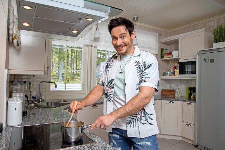 Tangokuningas viihtyy myös keittiössä. – Viime aikoina olen kyllä saanut paljon apua rakkaalta äidiltäni. Bravuurini on lasagne.