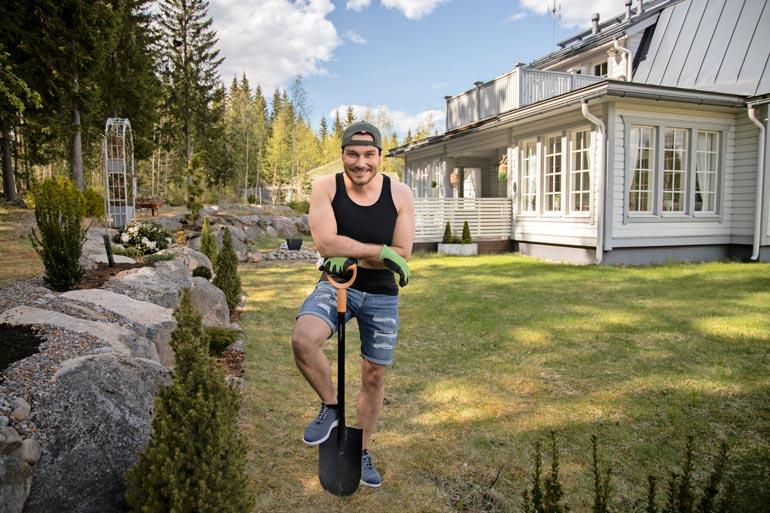 Työtä riittää, sillä Tommi muokkaa puutarhaan kivirinnettä. Tarkoitus on tehdä samalla myös vesirakentamista pihalle.