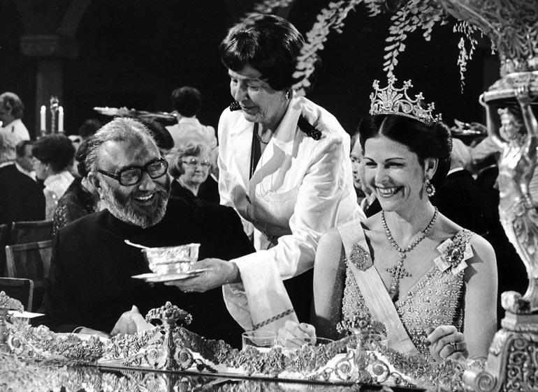 Silvian lempikruunu, auringonsäteitä muistuttava luomus on nähty Suomessakin, kun presidentti Ahtisaari kestitsi Pohjoismaiden kuninkaallisia vuonna 2003. Ruotsin yli miljoonan euron arvoisiin kruununkalleuksiin liittyy aina jokin tarina. Tämä tiara on kotoisin Saksasta. Badenin prinsessa Victoria toi sen häälahjanaan Ruotsiin avioituessaan tulevan kuningas Kustaa V:n kanssa vuonna 1881. Yllättäen tämäkin tiara on löytänyt usein tiensä esikoistyttären kutreille.