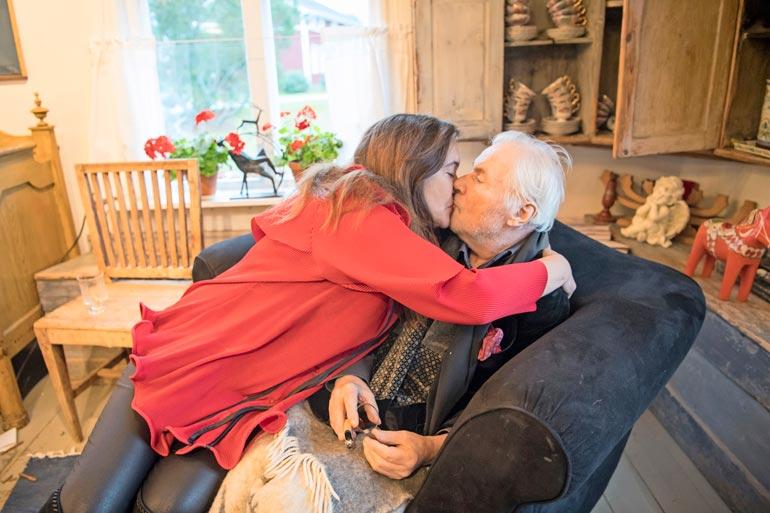 Leila otti Juhanin lämpimästi  vastaan, kun tämä pääsi sairaalasta syyskuussa 2017.