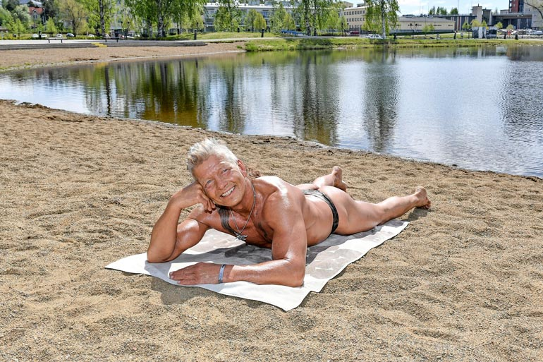 Karate-Mauri hölvää itsensä oliiviöljyllä ennen auringonottoa. – Kerran Espanjassa olen palanut, kun käytin oikeaa aurinkorasvaa.