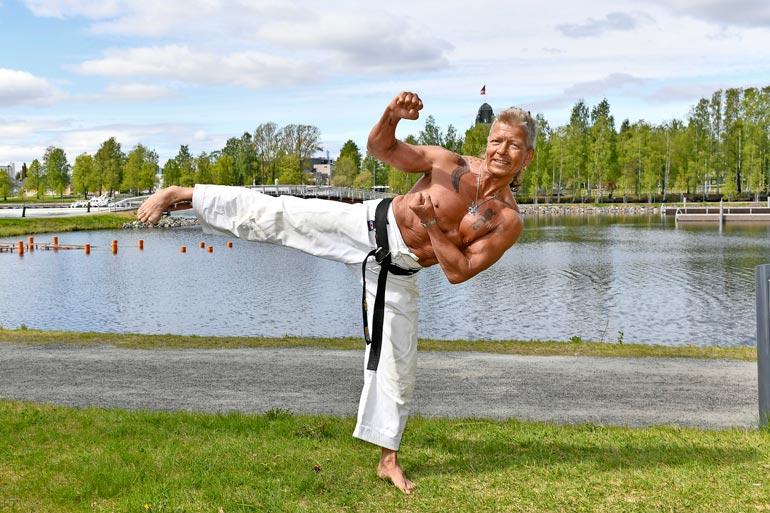 Mustan vyön Mauri on ollut lähes alusta saakka mukana Joen Mawashi -karateseuran toiminnassa. – Käyn viidesti viikossa kuntosalilla.
