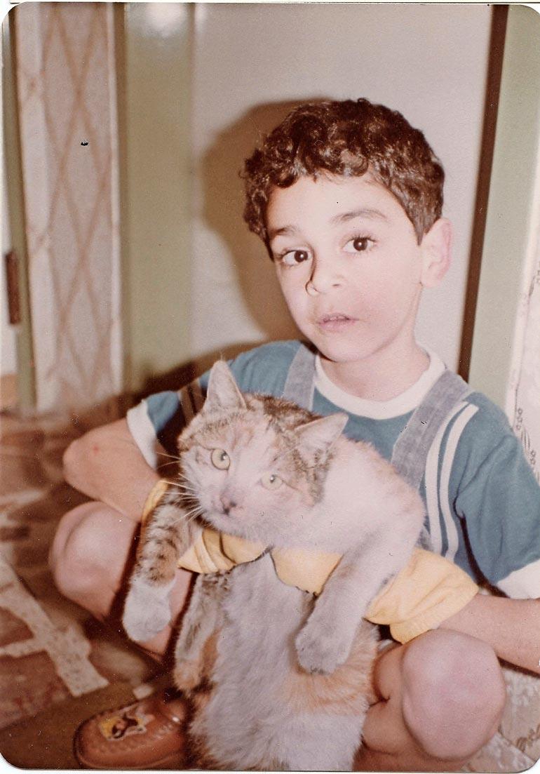 Viisivuotiaalla Arman Alizadilla oli Malous-niminen kissa Iranissa. – Kuvassa näkee, että minulla on kädessäni tumput, koska olin sille allerginen. Malous oli ulkokissa.