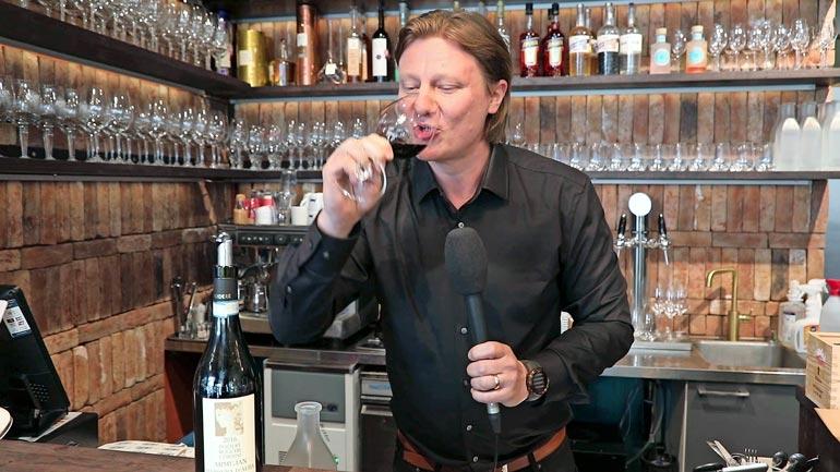 – Baarin jokaisella viinillä on tarinansa, joka kerrotaan asiakkaalle tarjoilun yhteydessä, Jaajo kertoo.