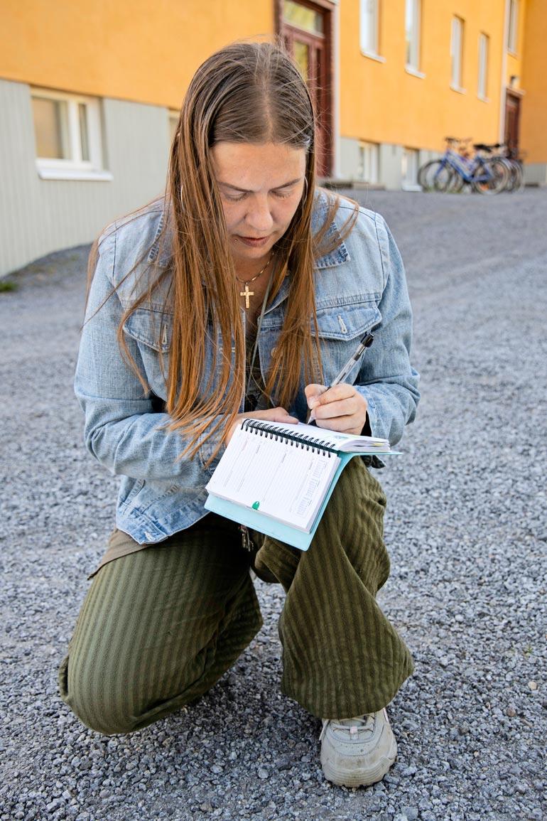 Jonna joutuu kirjoittamaan lähes kaiken ylös, ettei unohda asioita. – Olen oppinut elämään aivovaurioni kanssa, ei se ole minulle ongelma.