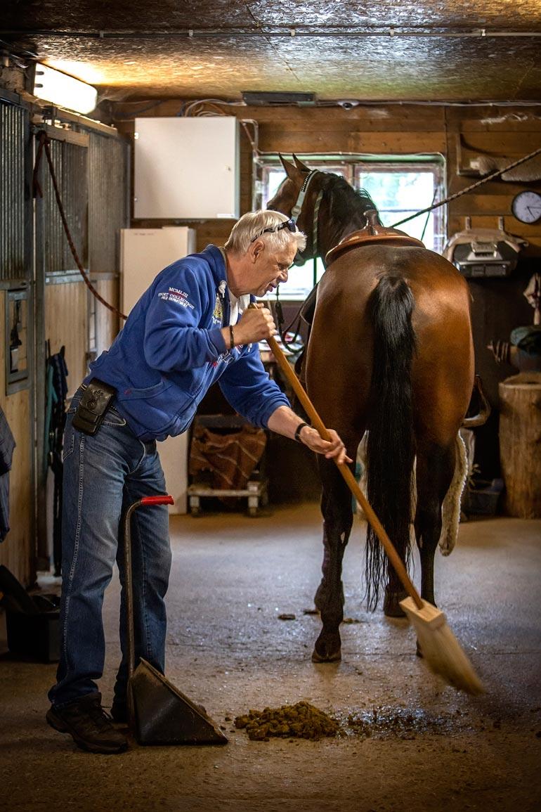 Karin mukaan moni luulee, että lännenratsastus on länkkärityylistä rodeota. Western on vanha karjapaimenten työhön perustuva laji, jonka jippojen taitaminen vei Karin mukaan kauan sitten.