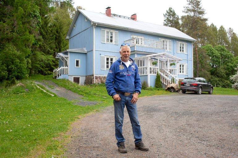 Kari Vepsän keikkatauko on pitänyt miehen visusti kotona Karkkilassa. Tylsiä hetkiä ei kuitenkaan tule, siitä pitävät huolen vaimo ja hevoset.