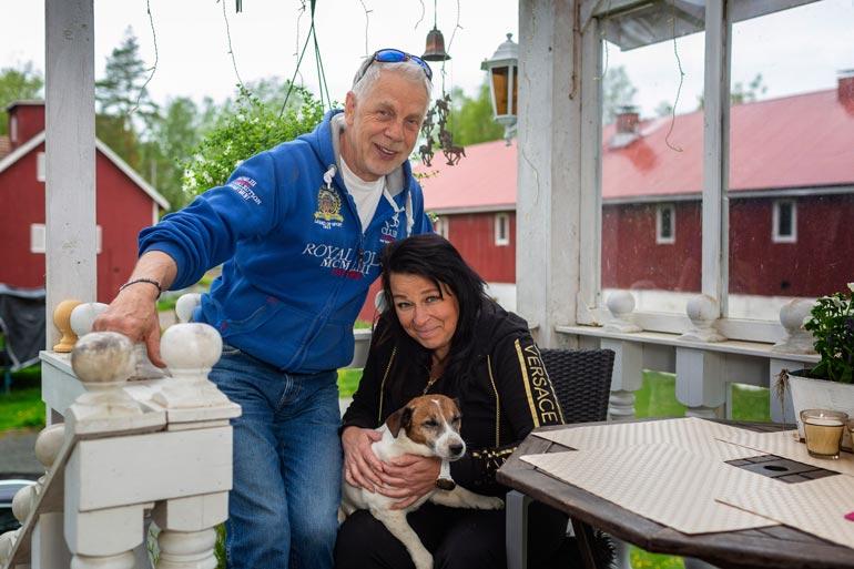 Kari ja Maija tapasivat vuonna 2002 raviradalla, jossa Kari oli esittelemässä lännenratsastusta. – Hevoset ovat suhteemme liima. Maijan sylissä on 11-vuotias Kidi-koira.