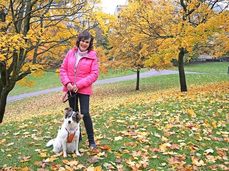 Paula ulkoiluttaa usein myös assistenttinsa Siru-koiraa.
