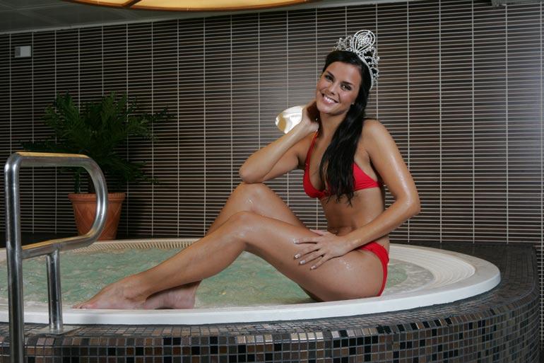 Satu sai tummille kutreilleen Miss Suomen kruunun 2008.