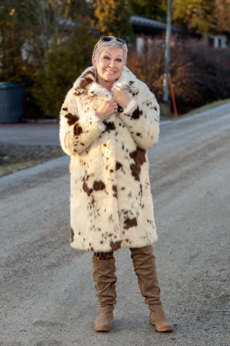 Hannele Lauri näyttää turkki päällä koiraltaan.