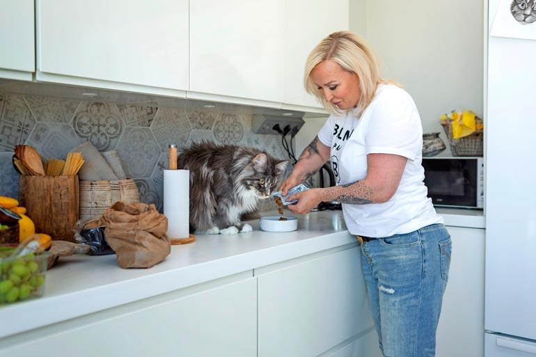 –Olemme hakeneet kissoillemme satunnaisesti kauppahallista kalaa, mutta pääsääntöisesti karvaturrit syövät tavallista kissanruokaa.