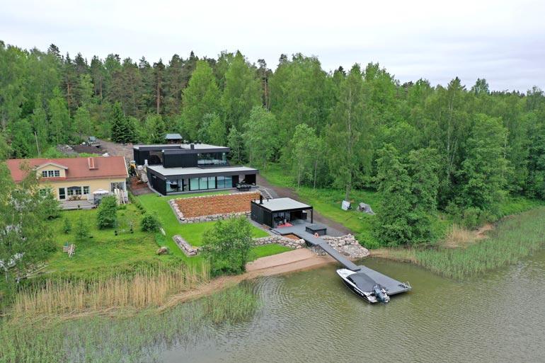 Tontti on saanut kivan nurmipeitteen. Räppärillä on pieni uimaranta, jolta kelpaa pulahtaa Itämeren kuohuihin.