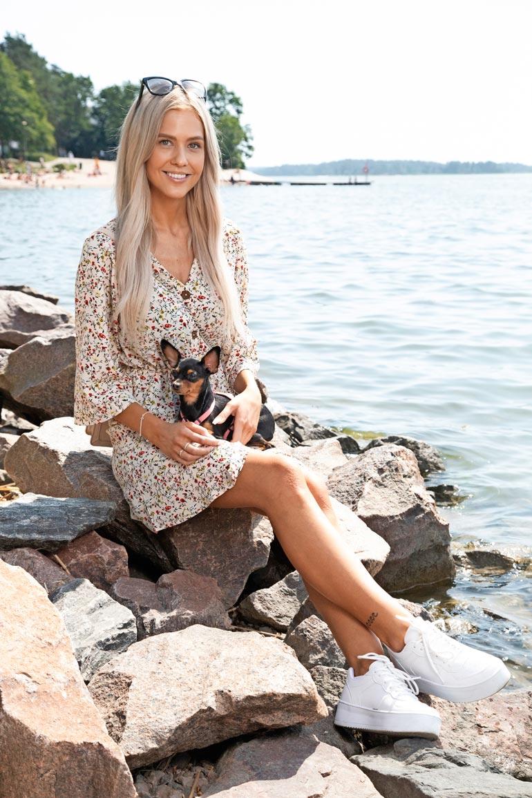 Mukaansa piknikille Jasmin otti pikkuisen Nala-koiran. Sen kaveri Myy jäi ujouttaan kotiin.