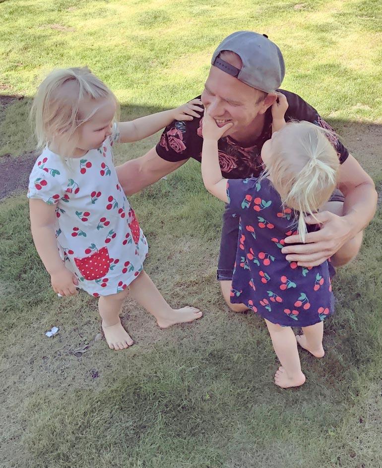 Mikon tyttäret Emelia, 3 (vas.) ja Mimosa, 2, ovat isänsä silmäteriä.