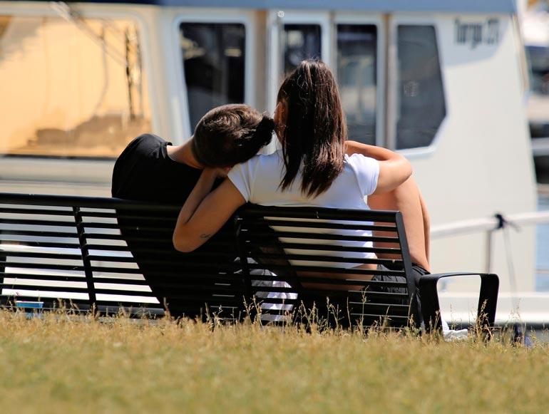 Pari ei epäröinyt näyttää herttaista läheisyyttään merenranta- kävelyllään.