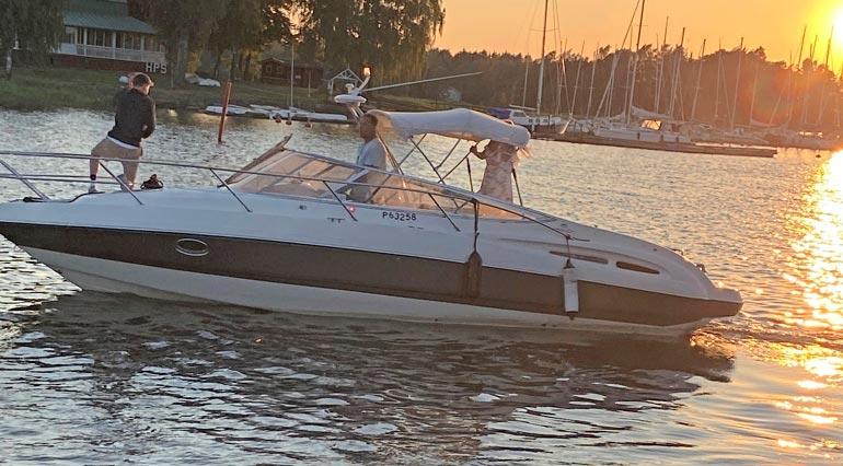 Renny toi näyttävän veneensä tankille Haminaan ilta-auringon viime kajossa.