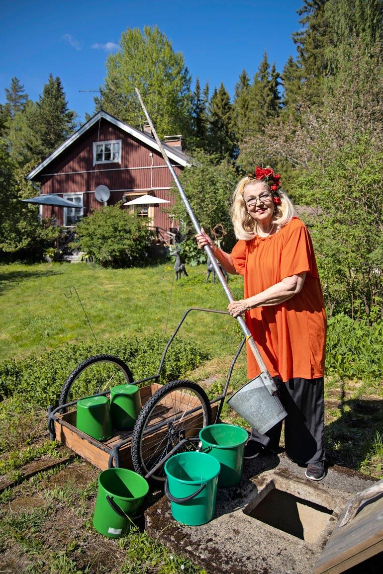 Mökkiin ei tule juoksevaa vettä, joten vedet on haettava kaivosta maitokärryillä. – Sen verran helpotusta uusi keittiöni toi, että voin laskea tiskivedet viemäriin.