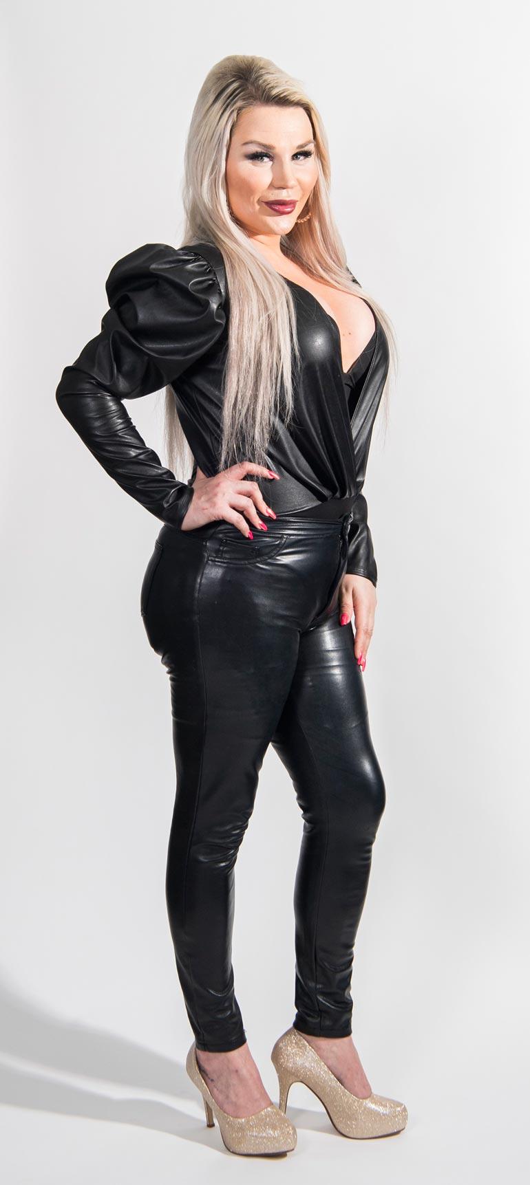 – En osaa suhtautua miesten seksiviesteihin kunnolla.  En tietenkään halua olla seinäruusu, mutta en seksiobjektikaan, Sofia kertoo.