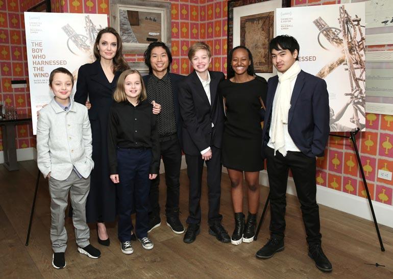 Parilla on yhteisiä lapsia kaikkiaan kuusi. Kuvassa Angelinan lisäksi kaksoset Vivienne ja Knox, Maddox, Pax, Shiloh sekä Zahara.