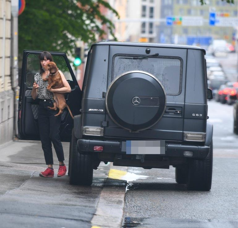 Perillä Maria nousi autosta koiran ja lapsien kanssa. Pieni kertaus liikennesäännöistä ei olisi lainkaan pahitteeksi.