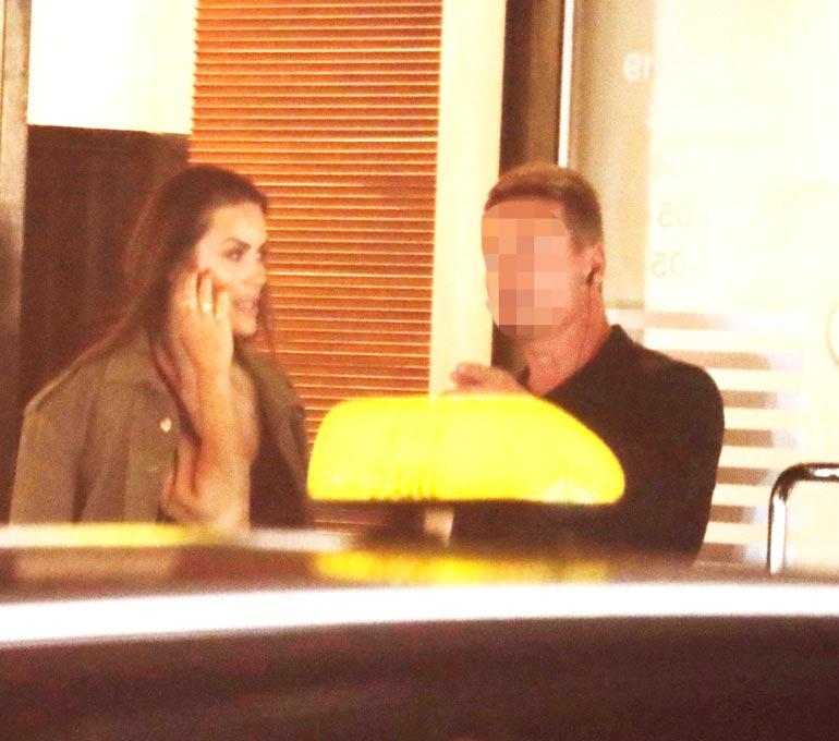 Iholla-sarjan uudella tuotantokaudella mukana oleva Martina Aitolehti puhui puhelimeen poistuessaan vip-juhlista. Hän nautti illasta luottokuvaajansa Juuli Röngän kanssa.