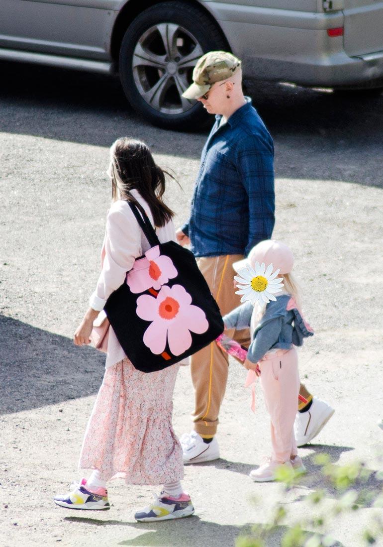 Silminnäkijä kertoi, että pari oli ennen erkaantumista toisissaan kiinni, ja heidän kasvoiltaan näkyi, että takana on iloinen kesäpäivä.
