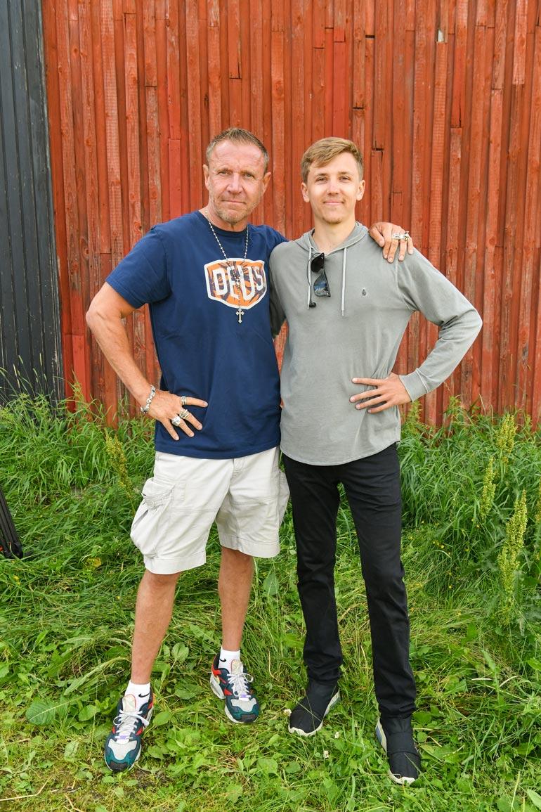 Isä-Renny ja Luukas-poika työskentelevät kesän yhdessä. Kaksikko on käynyt vapaa-ajalla kalastamassa.  Rennyn unelma on ollut päästä jälleen Suomeen tekemään elokuvaa.